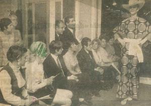 Modeshow bij Polak met zittend in het midden Miep Polak en Johan Cruijff